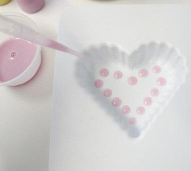 Bước 3: Chấm các giọt xà phòng màu hồng bên dưới