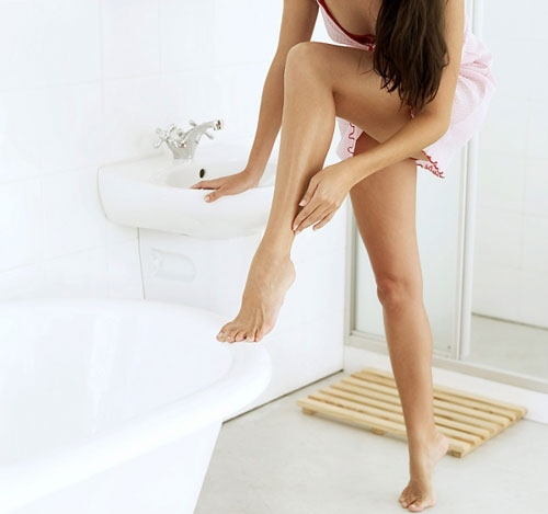 Dầu dừa giúp việc cạo lông chân dễ dàng