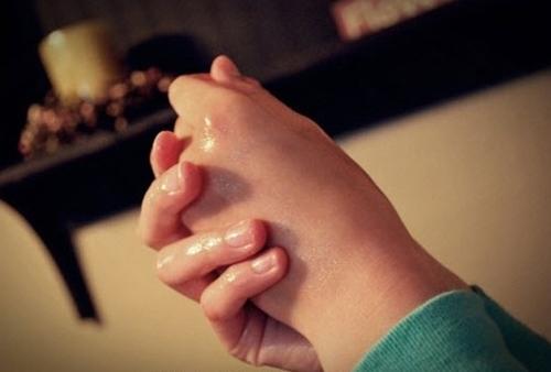 Dưỡng da tay bằng dầu dừa