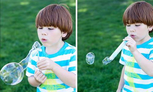 Trẻ con rất thích chơi thổi bong bóng xà phòng